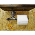 Uchwyt na papier toaletowy z półeczką.
