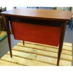 Stolik vintage, stolik z wysuwanym pojemnikiem, lata 60 – 70