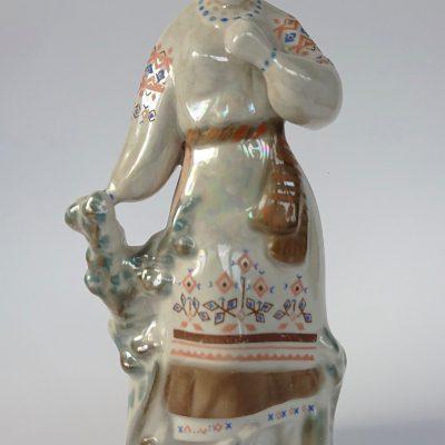 Porcelana – figurka wieśniaczki